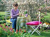 Frau beim Kaffeetrinken im Garten