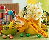 Gelbe Kaffeekanne mit Narcissus 'Bridal Crown'