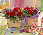 Spankorb mit Rosa (Rosen), Lavandula (Lavendel)