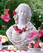 Frauenbüste mit Perlen-Collier, Rosa (Rosen)
