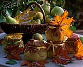 Eingemachte Birnen und Korb mit Früchten