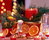 Kerzengesteck mit roter Kerze mit Pinus (Seidenkiefer)