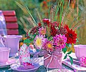 Strauß aus Dahlia (Dahlien) in rosa und weinrot mit Pennisetum