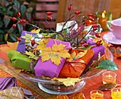 Geschenke herbstlich dekoriert mit Acer (Ahornblätter)