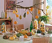 Tischdeko mit Cucurbita (Kürbis), Kürbisse unter Glasglocken, als Platzkarten