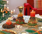 Tischdeko mit Sternaniskugeln, Kränzen und Kerzen