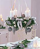 Deckenkranz mit weißen Kerzen und grau-silbernem Baumschmuck auf Cryptomeria