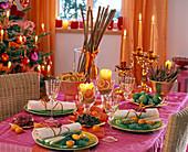 Tischdekoration mit Gewürzen wie Zimtstangen, Sternanis,