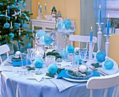 Tischdekoration in Türkis und Kristall aus Gläsern mit Fuß