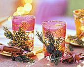 Gläser mit Teelichtern, dekoriert mit Cupressus arizonica (Arizonazypresse)