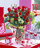 Strauß aus Rosa (roten Rosen), Viburnum opulus (Schneeball), Myrtus