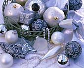 Silberner, weißer und grauer Christbaumschmuck