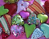 Herzen aus Glas, Metall, Keramik und Stoff