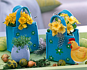 Ostern : Primula acaulis (Frühlingsprimeln) in kleinen Filztaschen