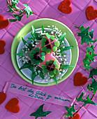 Oxalis deppei (Glücksklee) in rosa Oasis - Herz gesteckt