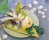Ranunculus (Ranunkel), Myrtus (Myrte), Viburnum tinus (Lorbeerschneeball)