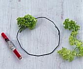 Kerzenkranz aus grünen Schneeballblüten: 2/3