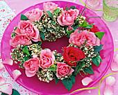 Gesteckter Rosenkranz mit Schneeballblüten: 3/3