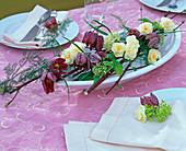 Tischdeko in flacher ovaler Schale mit Narcissus 'Bridal Crown' (Narzissen)
