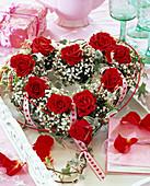 Herz mit Rosa (Rosen, rot), Gypsophila (Schleierkraut), Hedera