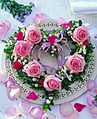 Kranz in Herzform aus Rosa (Rosen), Convallaria (Maiglöckchen)