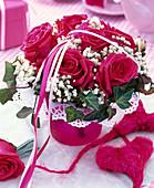 Biedermeierstrauß aus Rosa (Rosen, rot), Gypsophila (Schleierkraut, weiß)
