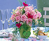 Strauß aus Rosa (Rosen), Matricaria (= Chamomilla, Kamille), Asparagus