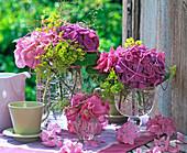 Sträuße aus Hydrangea (Hortensien, rosa und lila), dekoriert mit Schnur