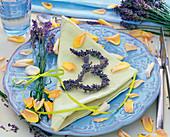 Lavandula (Lavendel) als Strauß und zu einem 'B' geformt