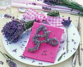 Strauß und Buchstabe 'A' aus Lavandula (Lavendel), pinke Serviette, Blüten