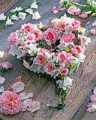 Herz aus Rosa (Rosen, rosa), Campanula (Glockenblumen, weiß), Alchemilla