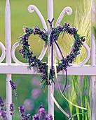Herz aus Lavandula (Lavendel), mit lilafarbenen und gelben Bändern