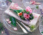 Rosa (Rosen), Samenstände von Clematis (Waldrebe), Lavandula (Lavendel)