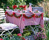 Girlande aus roten Rosa (Rosen), Gypsophila (Schleierkraut)