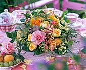 Rosa (Rosen), Astrantia (Sterndolde), Alstroemeria (Inkalilie), Origanum