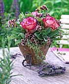 Kräuterstrauß mit Rosa (Rosen), Origanum (Oregano), Salvia (Salbei)
