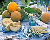 Cucumis melo (Honigmelonen) ganz, aufgeschnitten und Spieße