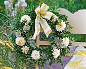 Kranz mit Buxus (Buchs), Dahlia (Dahlien), Clematis (Waldrebe, Samenstände)