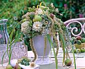 Gesteck mit weißen Zinnia (Zinnien), Amaranthus (Fuchsschwanz), Malus