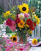 Spätsommerstrauß mit Helianthus (Sonnenblumen), Cosmos