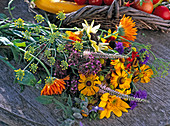 Spätsommerstrauß mit Helenium (Sonnenbraut), Calendula (Ringelblume)