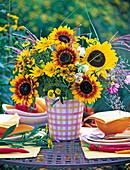 Spätsommerstrauß mit Helianthus (Sonnenblumen), Helenium (Sonnenbraut)