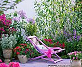 Terrasse mit Liegestuhl am Beet