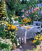 Weiß-gelbe Sommerterrasse