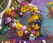 Kranz in Herzform aus Helichrysum (Strohblumen), Limonium (Strandflieder)