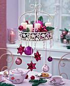 Adventskranz mit Abies procera (Nobilistanne), weißen Kerzen, lila Baumschmuck