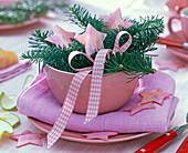 Abies procera (Tanne), rosa Sterne, Schleife in rosa Schale, rosa Serviette