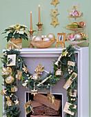 Adventskalender mit goldenen Päckchen an Girlande aus Chamaecyparis
