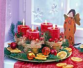 Adventskranz mit roten Kerzen und Pseudotsuga (Douglasie), Citrus