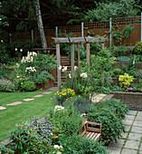 Garten auf mehreren Ebenen mit Kräuterbeet im Vordergrund